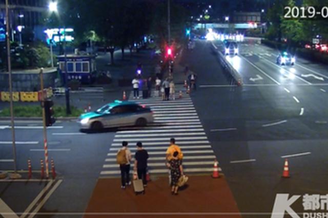 杭州1大姐到火车东站西广场锻炼 遗落了自己的劳力士