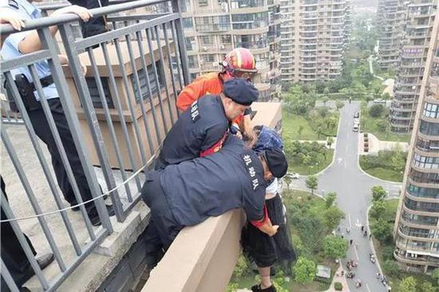 杭州一女子与家人争吵后欲跳楼 民警和消防合力救援