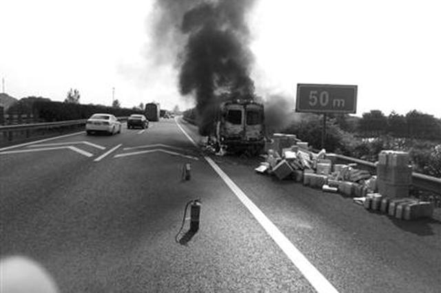 浙商务车高速突然自燃 大家一起抢救240多盒广式月饼