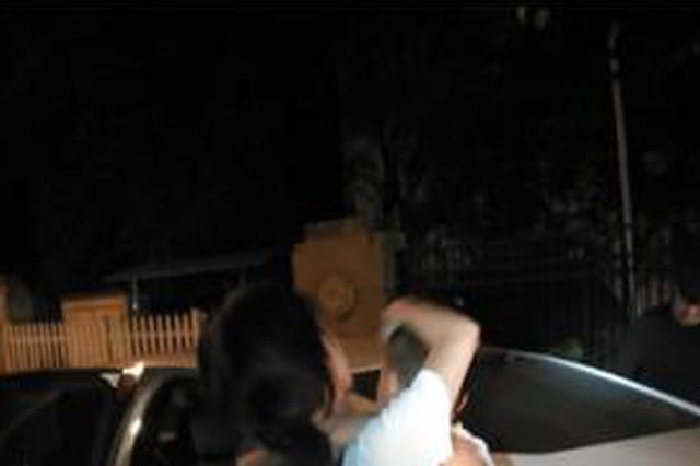 杭州一对夫妻报警:车钥匙和儿子一起被锁在车内