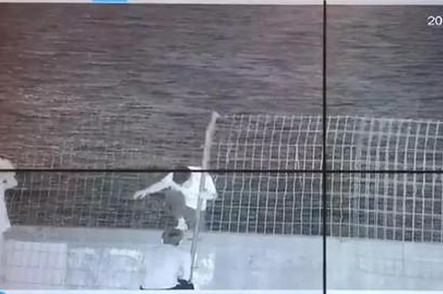 杭州男子撕破钱塘江边铁丝网 翻越江堤进入隔离区域