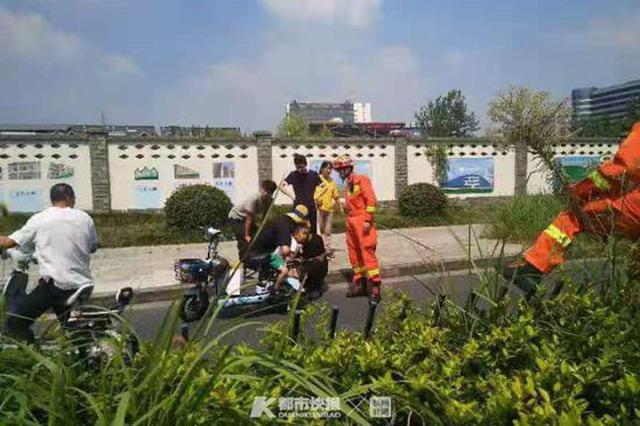 杭1小孩倒坐电动车上 脚卡在车后轮和脚踏板中的缝中