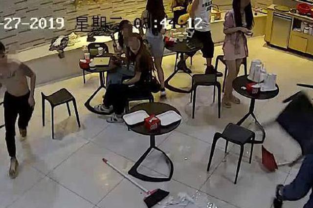 只因多看了他們一眼 杭男子凌晨在商場門口被5人暴打
