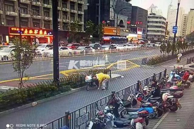 杭1女子骑自行车与电动车相撞 遗落了价值18万的手表
