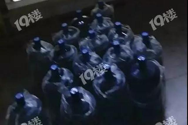 杭州00后大一新生火了 穿着朴素帮抬了20几桶水