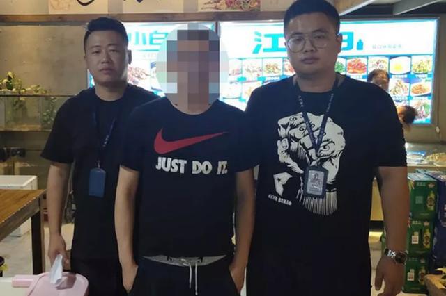 杭州一男子骑车撞到人摔倒 起身殴打被撞的学生