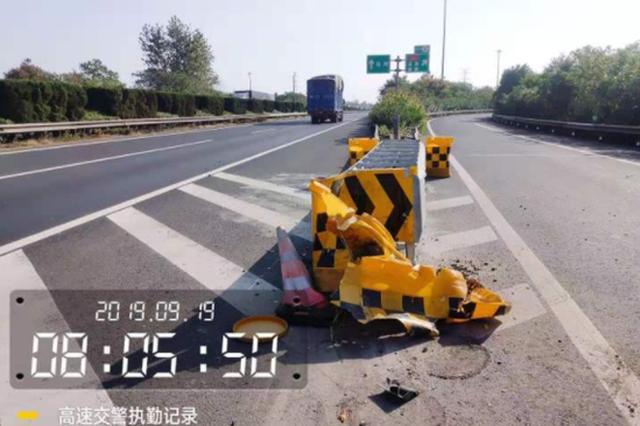 衢州高速上一司机捡掉落的手机 结果撞上了护栏