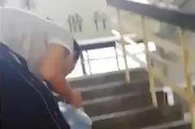 浙江一高校学生帮送水师傅搬水走红 看到他累就想帮