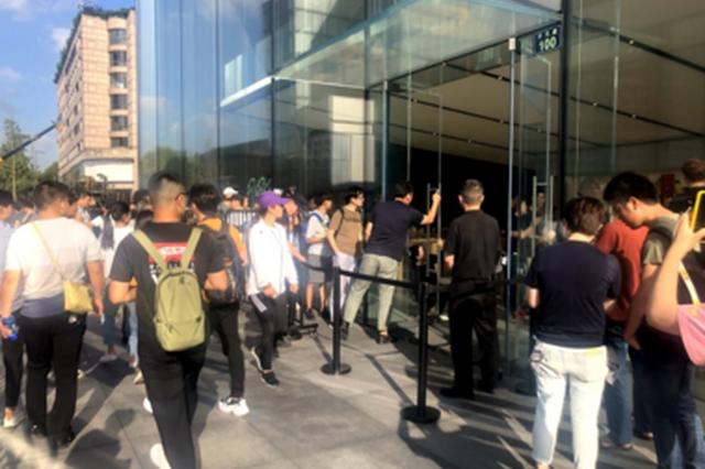 杭州西湖苹果旗舰店又排队了 iPhone11系列正式发售