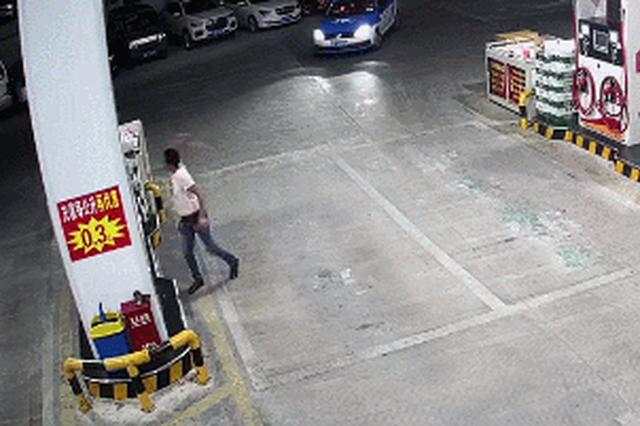 湖州一男子深夜砸加油站 仅12秒就被一群壮汉按地上