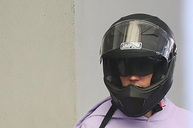 头盔飞出 杭州骑车小伙被出租车车门撞倒还没苏醒