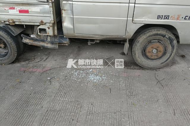 杭州余杭近30辆车一夜被砸窗 8辆汽车车内财物被盗