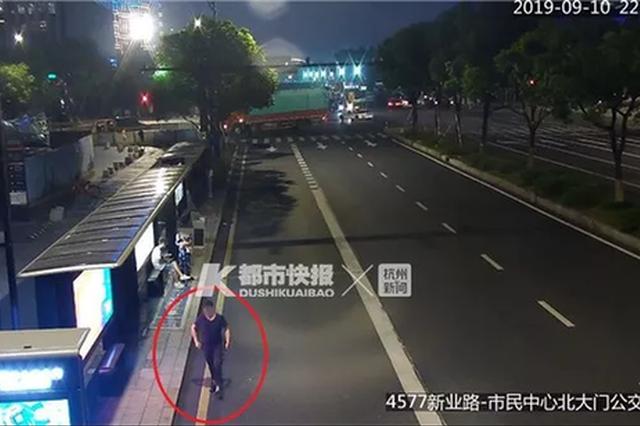 因不满分手 杭州35岁男子携编织袋透明胶尾随前女友
