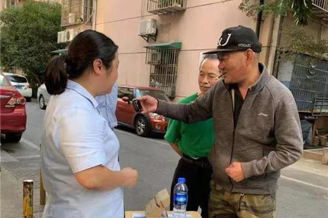 杭州86岁大伯倒在了楼梯口满头是血 幸好碰上好邻居