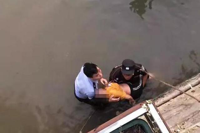 浙江女子与家人吵架后跳河轻生 民警救人手受伤(图)