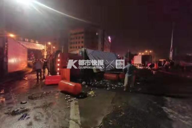 温州一辆货车侧翻 四十桶螃蟹大逃亡