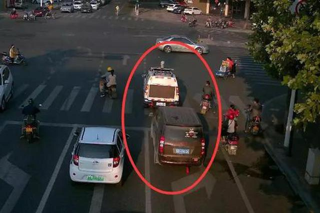 车上有病人急需送医抢救 杭男子路口冲向警车求助