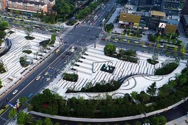 杭州文泽地铁站前原是隆起山丘 变成美轮美奂大广场