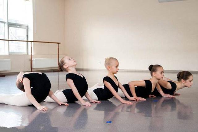 杭州7岁女孩舞蹈课练下腰致高位截瘫 妈妈在医院崩溃