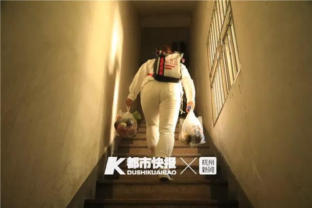 杭州新华坊18层电梯被封24小时 住户苦不堪言