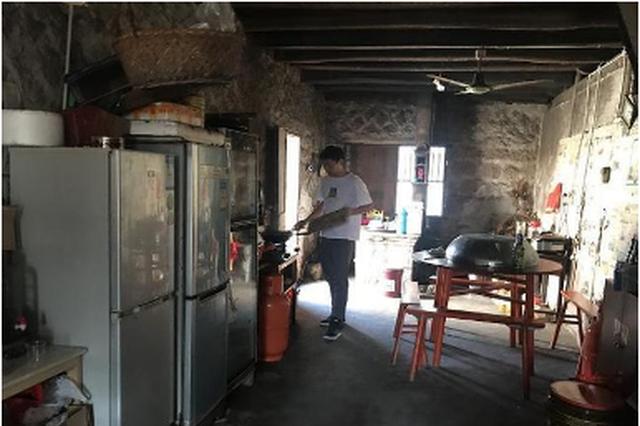 温州民警为嫌疑人儿子炒菜 善意客串挽救家庭