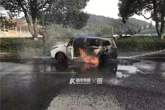 杭新能源车送学生路上突发故障 人刚下车就烧起来了