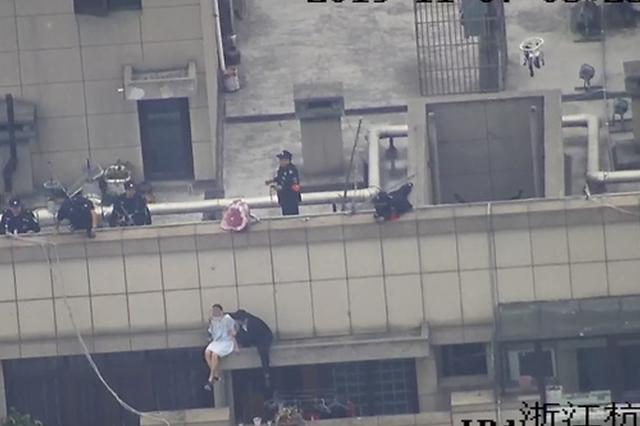 前男友有了新欢 杭女子凌晨抱着红玫瑰爬上30楼楼顶