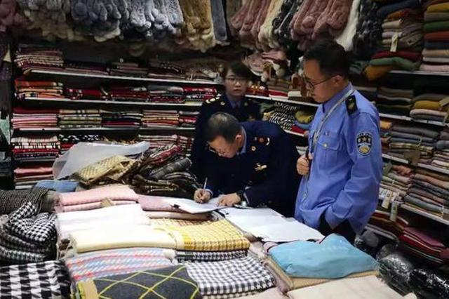 杭州1摊位涉嫌销售假冒LV品牌的围巾 379条全是假的
