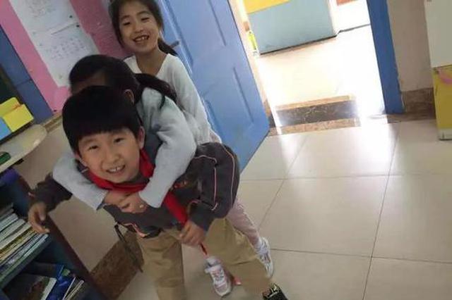 杭州一名二年级女生脚受伤 7名同学成了她的拐杖