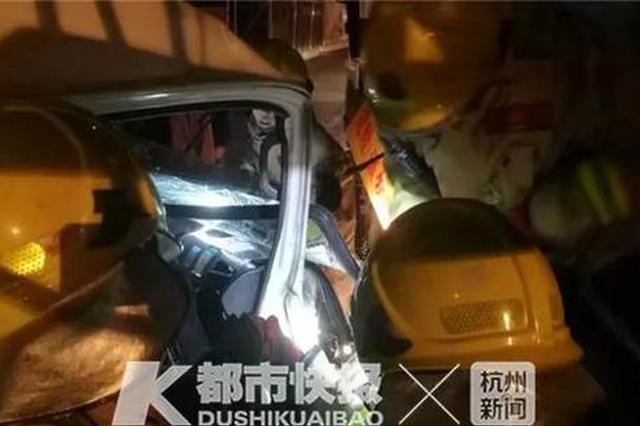 杭州公交站附近一辆面包车撞上工程车 多名女子受伤