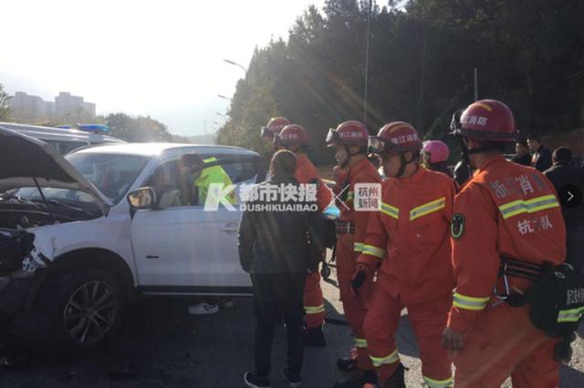 浙江两小车相撞 孕妇被困车内动弹不得