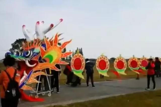 杭州有人放飞巨龙风筝 多名成年男子被带离地面