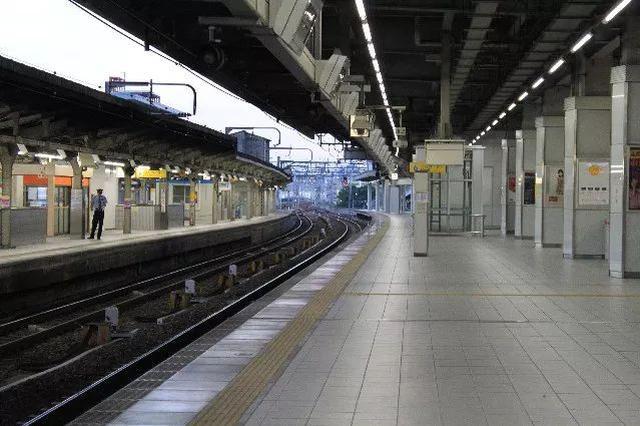 女旅客欲轻生跳轨 幸好义乌站铁路客运员猛地一拉