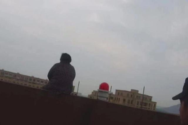 因琐事和媳妇发生口角 杭州1大妈爬上23楼楼顶欲跳楼