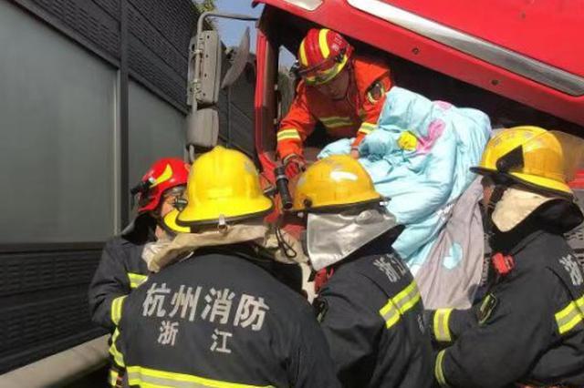 杭州绕城发生车辆连环追尾事故 货车司机被困驾驶室