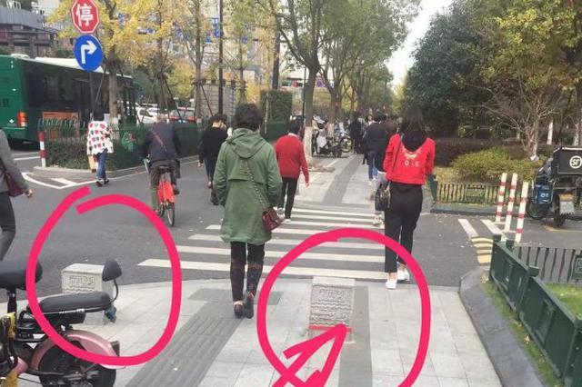 走路没留神 双腿怼上拦路虎 经常走杭州这条路的注意