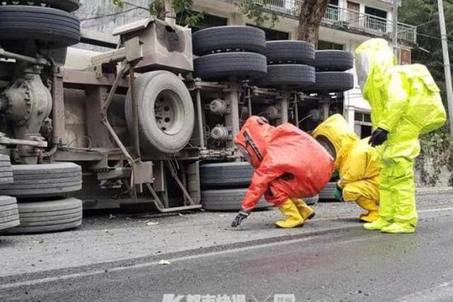 104国道温州路段槽罐车侧翻致磷酸泄漏 周边紧急警戒