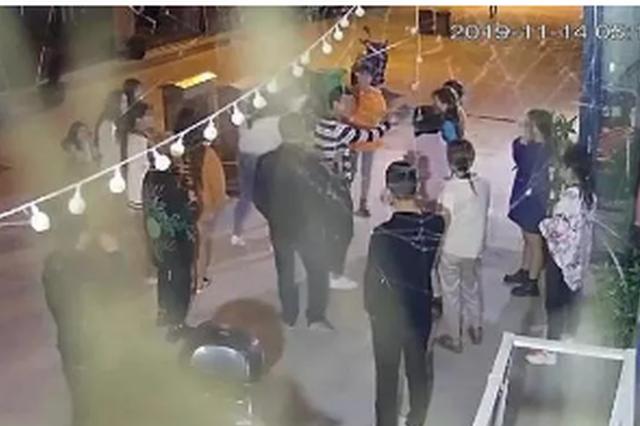 浙江一群20岁不到的女主播街头约架 其中还有孕妇