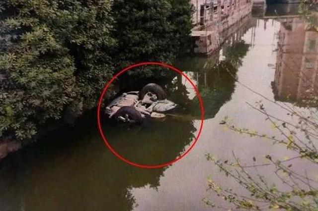 又是油门当刹车 浙江萧山一女司机开车不慎坠河