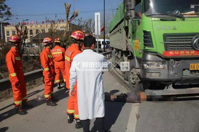 杭州一大货车与电动三轮车相 三轮车驾驶员当场死亡