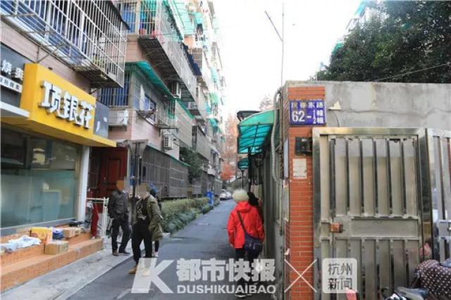 杭州1大妈被5楼掉落的玻璃砸成重伤 房主被警方带走