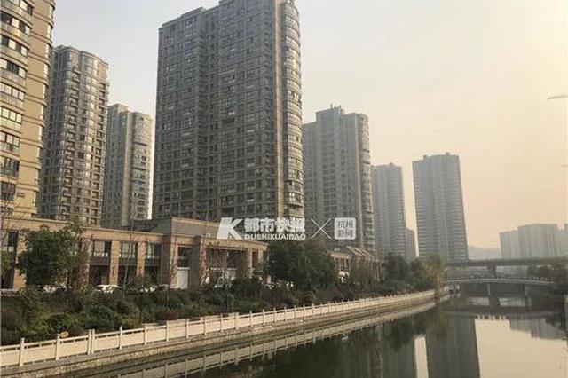 杭州1高层公寓上梁为了安全 给馒头绑上气球飘下来