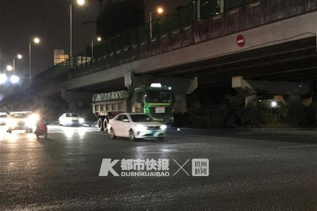 杭州庄墩路紫金港北路交叉口 两人倒在工程车下身亡