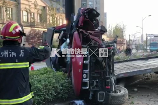 杭一SUV撞上指示杆车身变形成凹字 司机已无生命体征