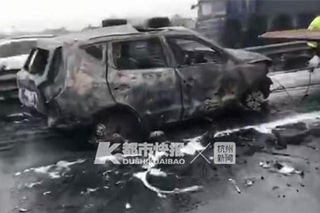 浙江高速上4车连撞起火 3辆轿车烧得只剩车架(图)