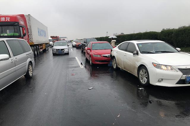 浙江女子在高速上发生事故后 下车查看情况被撞身亡