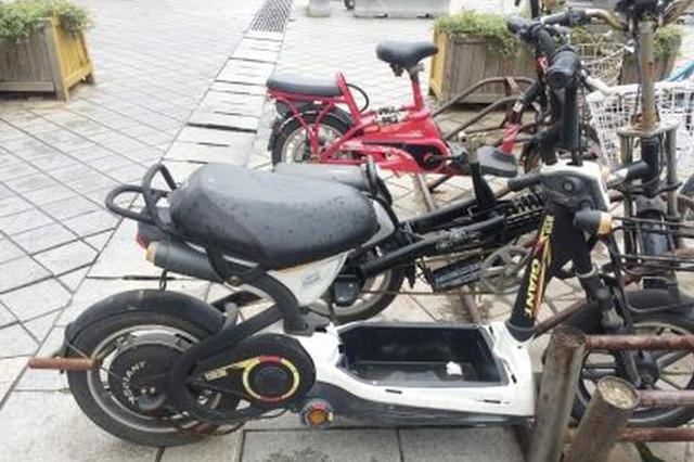 杭州一男子骑电瓶车摔了一跤 想找到好心人说声谢谢
