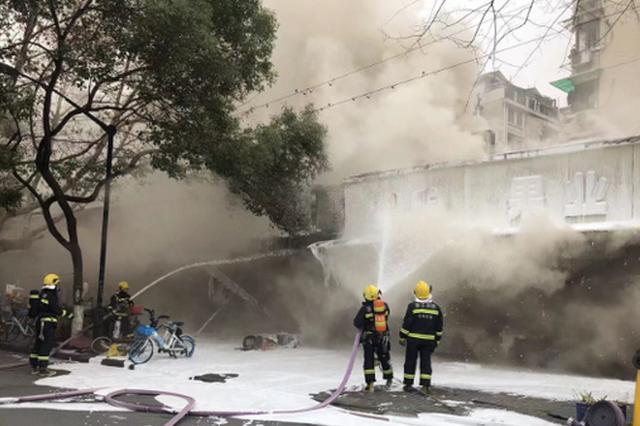 杭州一早餐店着火 消防员徒手将燃烧的煤气瓶拎出