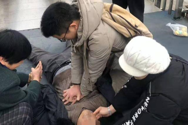 浙七旬老人在电梯口晕倒 现场民警与路人轮流抢救