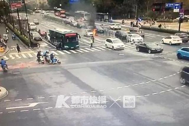 杭古墩路1辆车起火 过路公交司机拿起灭火器冲过去
